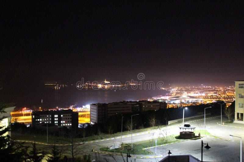 Stad 's nachts bij de zee royalty-vrije stock foto