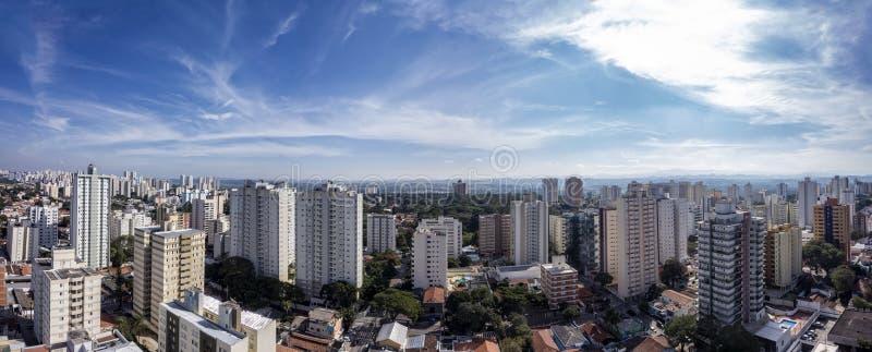 Stad Sao Jose Dos Campos, SP/Brasilien, i eftermiddagpanoramafotoet royaltyfria bilder