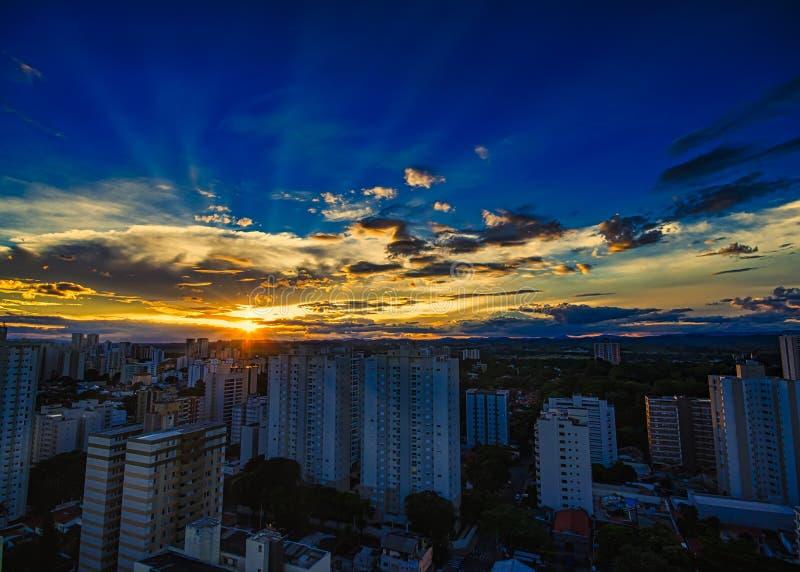 Stad Sao Jose Dos Campos, SP/Brasilien, på solnedgången royaltyfri bild