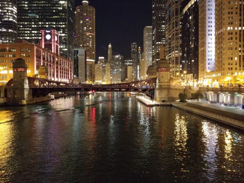 Stad Scape för flod för Chicago nattbyggnad arkivfoto