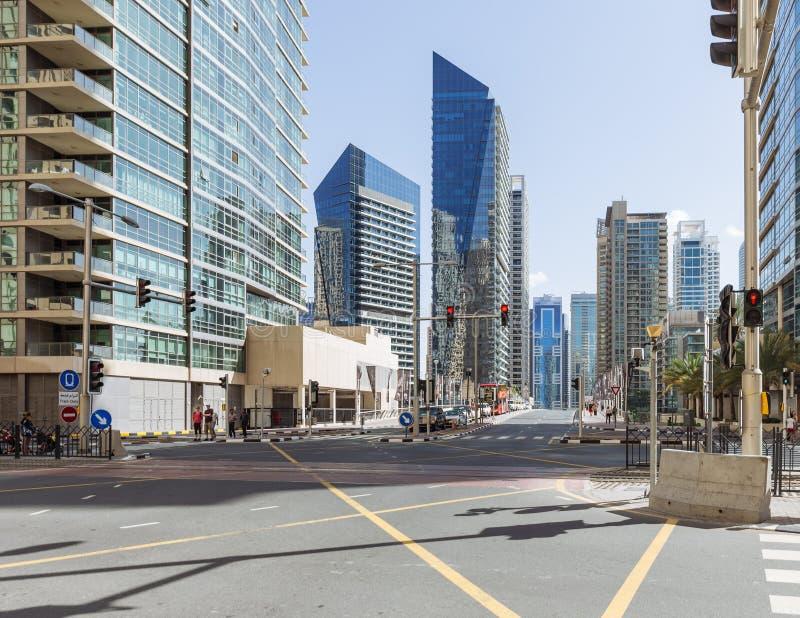 Stad scape met moderne high-rise gebouwen, kruising en blauwe hemel op achtergrond in Doubai royalty-vrije stock fotografie