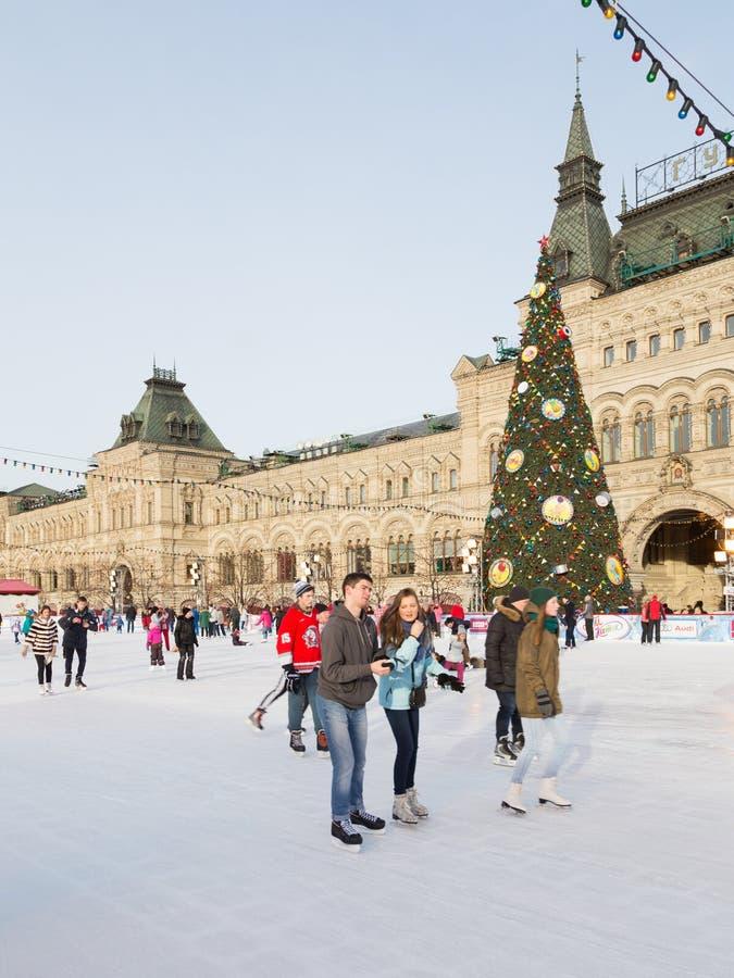 Stad som åker skridskor isbanan i Moskva arkivbild