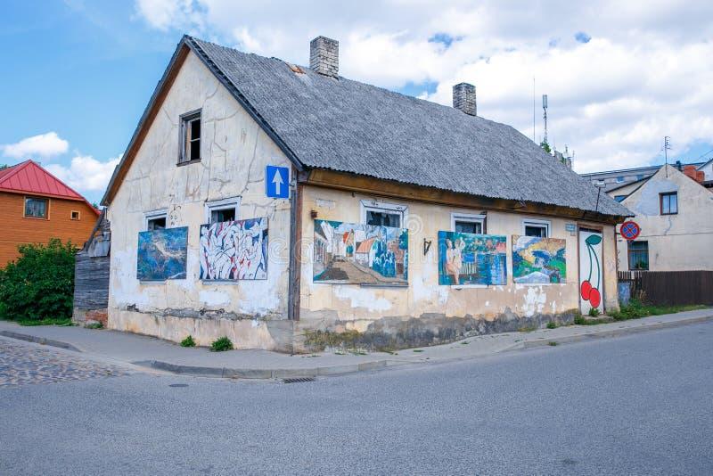 Stad Tukums, Letland Oud stadscentrum en huis in Letland stock afbeelding