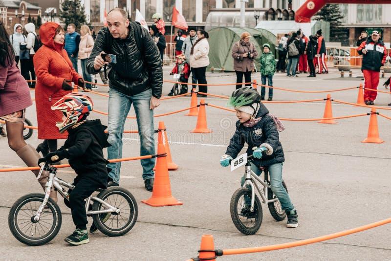 Stad Tula Ryssland - April 06, 2019: amat?rm?ssig konkurrens av barn att balansera cykeln p? den Lenin fyrkanten royaltyfria bilder