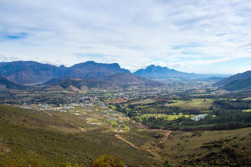 Stad in vallei met bergachtige achtergrond stock afbeeldingen
