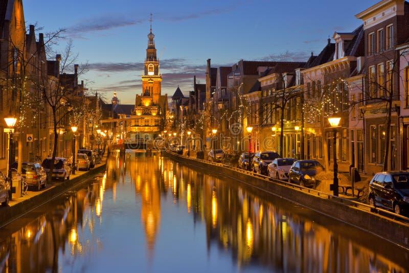Stad van Alkmaar, Nederland bij nacht royalty-vrije stock afbeelding