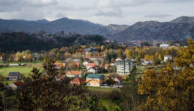 Stad van Cetinje in Montenegro die door Bergen wordt omringd Lucht Mening Het landschap van de daling royalty-vrije stock afbeeldingen
