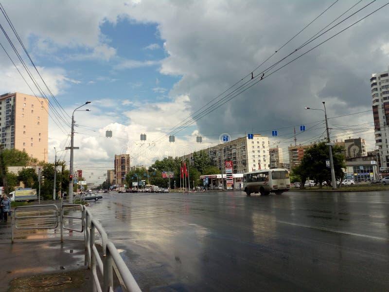 Stad van Chelyabinsk na een onweersdouche stock afbeelding