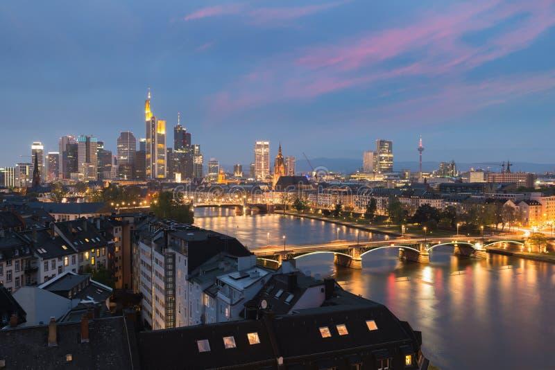 Stad van de horizon van Frankfurt-am-Main bij nacht, Frankfurt, Duitsland stock fotografie