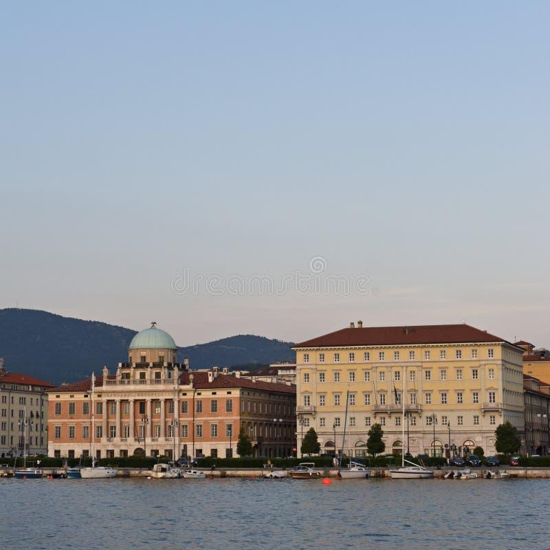 Stad van de mening van de waterkant van Tri?st, het gebied van Friuli Venezia Giulia van Itali? royalty-vrije stock foto's