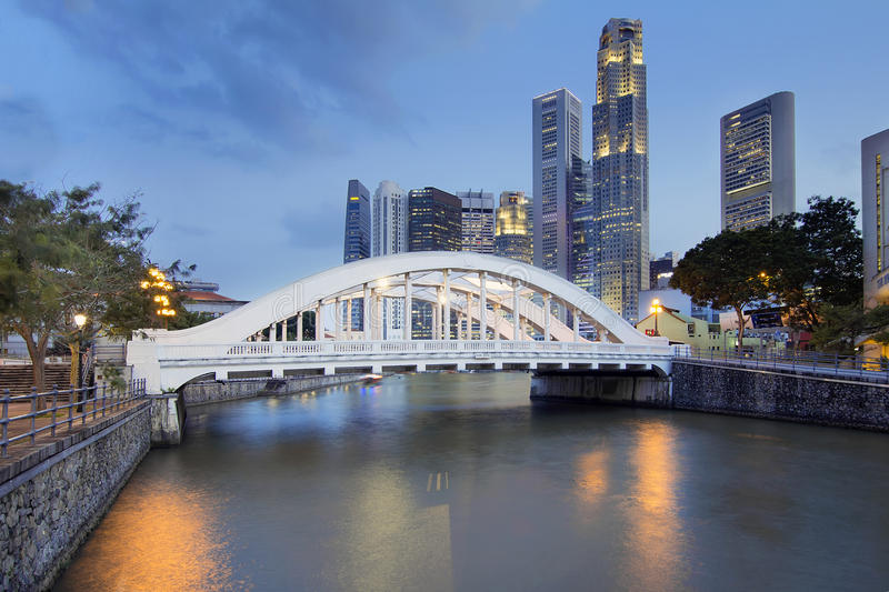 De Horizon van Singapore door Elgin Bridge langs Rivier royalty-vrije stock afbeelding