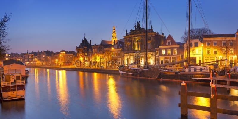 Stad van Haarlem, Nederland bij nacht stock fotografie