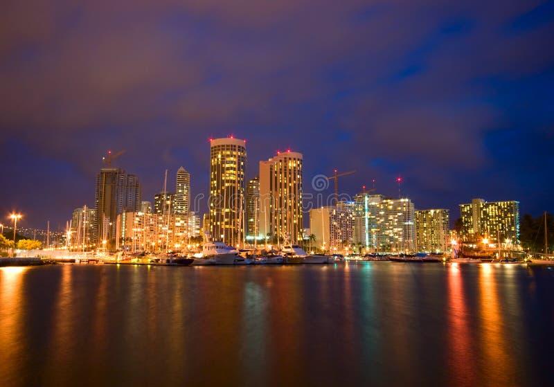 Stad van Honolulu bij Nacht stock afbeeldingen