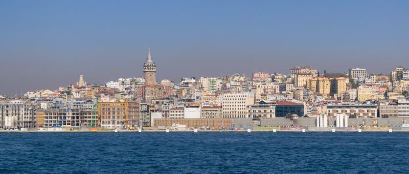 Stad van Istanboel, Turkije van het overzees die Galata-Toren overzien en Karakoy royalty-vrije stock afbeelding