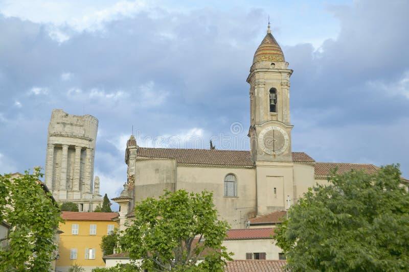 Stad van La Turbie met Trophee des Alpes en kerk, Frankrijk royalty-vrije stock foto's
