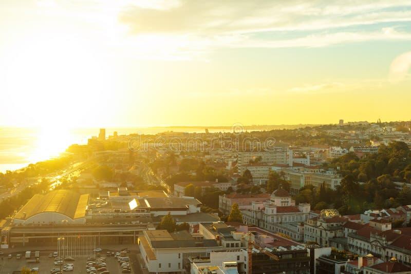 Stad van Lissabon van tijdens zonsondergang hierboven wordt gezien die royalty-vrije stock foto