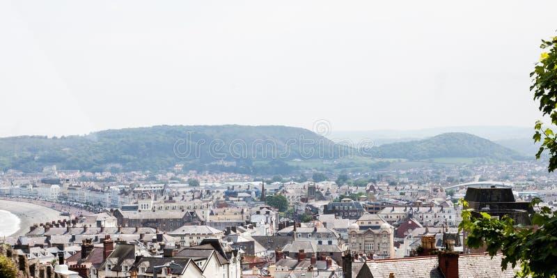 Stad van Llandudno in Noord-Wales, het Verenigd Koninkrijk Traditionele Britse cityscape van de heuveltop Stads luchtmening over  royalty-vrije stock fotografie
