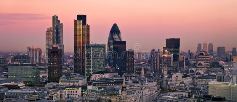 Stad van Londen bij schemering royalty-vrije stock afbeeldingen
