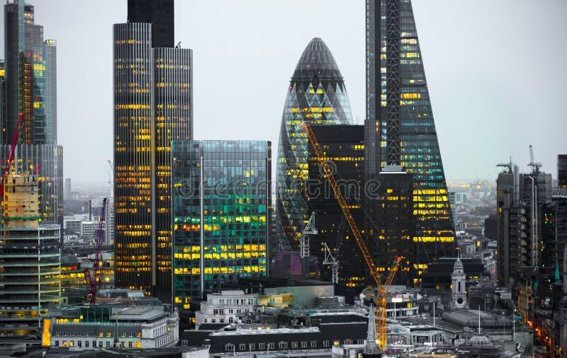 Stad van Londen bij Zonsondergang Beroemde wolkenkrabbersstad van de zaken van Londen en de mening van de bankwezenaria bij schem stock foto's