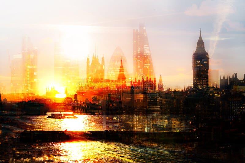 Stad van Londen bij Zonsondergang Het veelvoudige blootstellingsbeeld omvat Stad van de financiële aria van Londen het UK Londen royalty-vrije stock fotografie