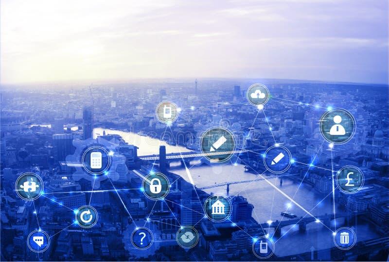 Stad van Londen bij Zonsondergang Illustratie met communicatie en bedrijfs pictogrammen, het concept van netwerkverbindingen royalty-vrije stock foto