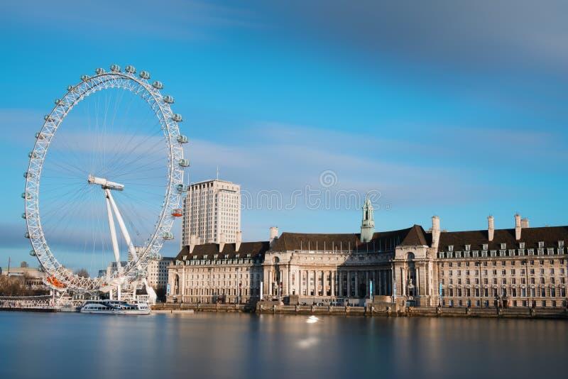 Stad van Londen met het Oog van Londen stock foto's