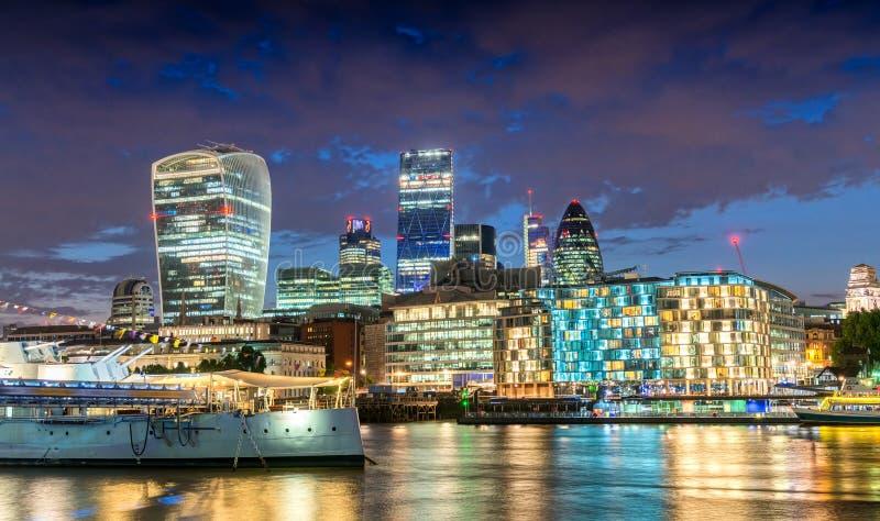 Stad van Londen Overweldigende horizon bij schemer met de rivier van Theems refle stock foto