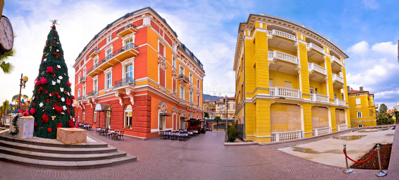 Stad van mening van de de architectuur panoramische komst van Opatija de kleurrijke royalty-vrije stock foto's