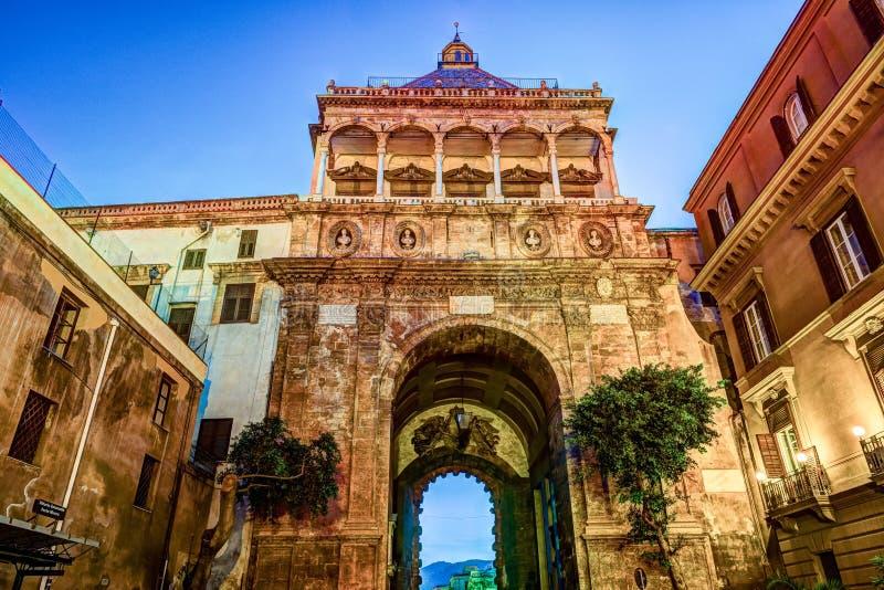 Stad van Palermo, de Nieuwe deur in een unieke barokke renaissancestijl stock afbeeldingen