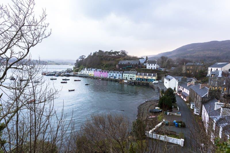 Stad van Portree in Eiland van Skye, Noordelijk Schotland het UK stock foto's