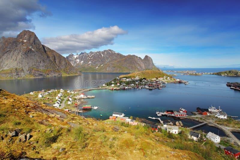 Stad van Reine door de fjord op Lofoten-eilanden in Noorwegen stock foto