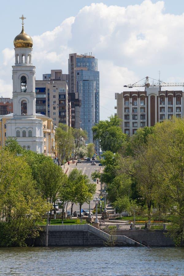 Stad van Samara met de Volga rivier stock foto's