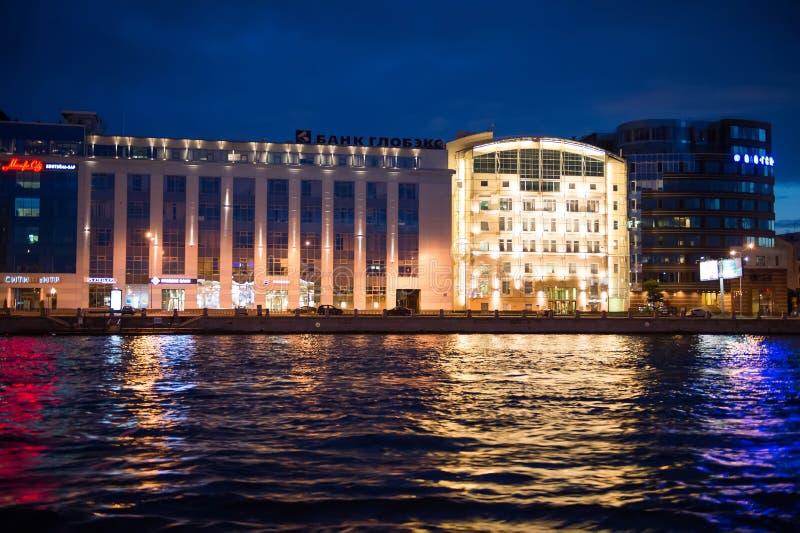 Stad van St. Petersburg, nachtmeningen van het motorschip stock afbeeldingen