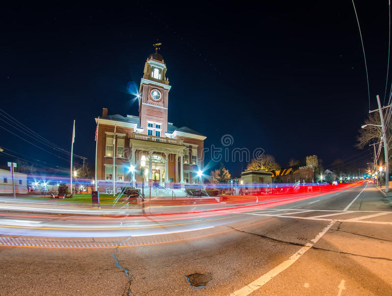 Stad van stadhuis bij nacht royalty-vrije stock afbeeldingen