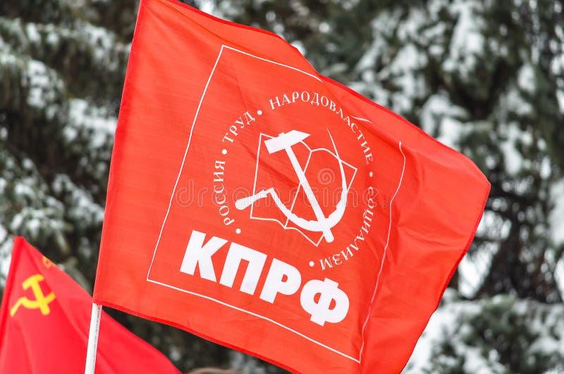 Stad van Ulyanovsk, Rusland, march23, 2019, de vlag van de Communistische Partij van de Russische Federatie tegen de achtergrond stock foto's
