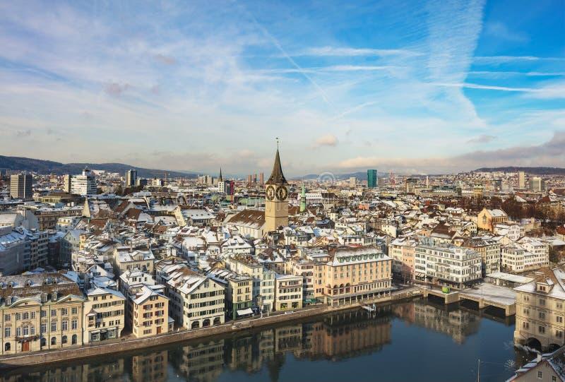Stad van Zürich zoals die van de toren van de Grossmunster-kathedraal in de winter wordt gezien royalty-vrije stock afbeeldingen