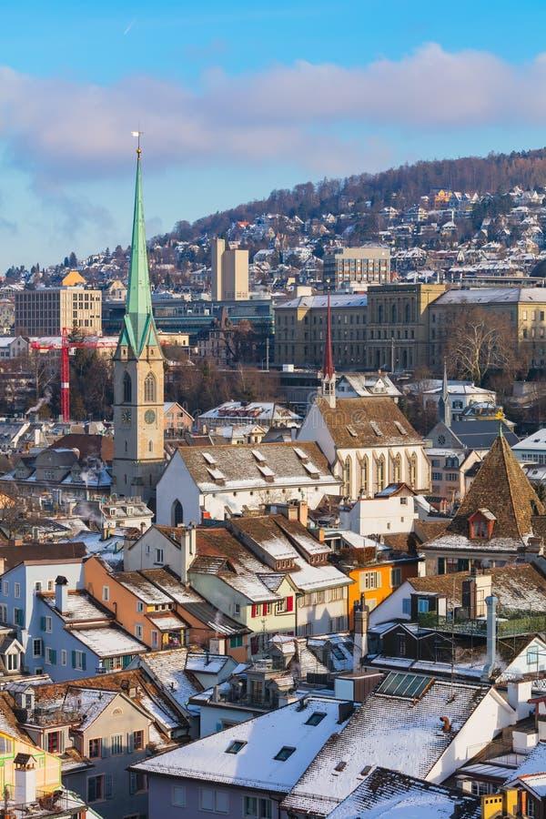 Stad van Z?rich zoals die van de toren van de Grossmunster-kathedraal in de winter wordt gezien stock afbeelding