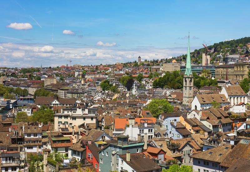 Stad van Z?rich zoals die van de toren van de Grossmunster-Kathedraal wordt gezien royalty-vrije stock foto's