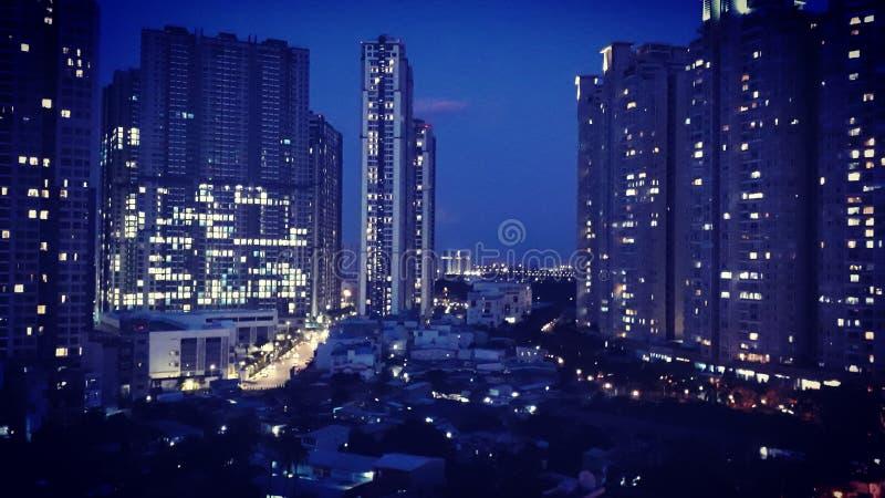 Stad vid natt fotografering för bildbyråer