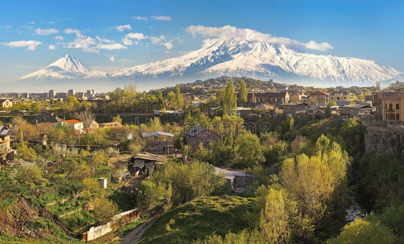 Stad Yerevan (Armenien) på bakgrunden av Mount Ararat på en su arkivbild