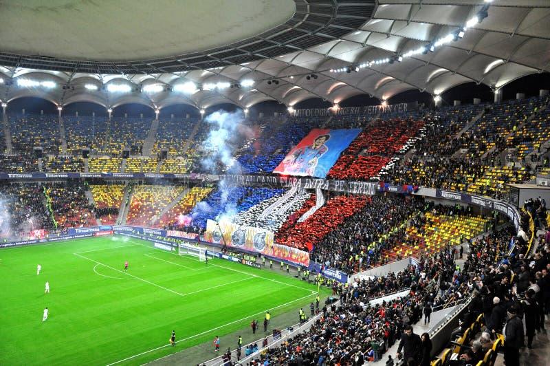 Stade complètement avec des passionés du football photos libres de droits