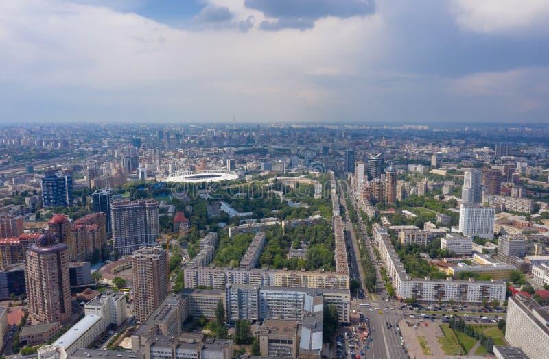 Stade dans une ville verte, un ciel terrible et les rayons du soleil Kyiv photo stock
