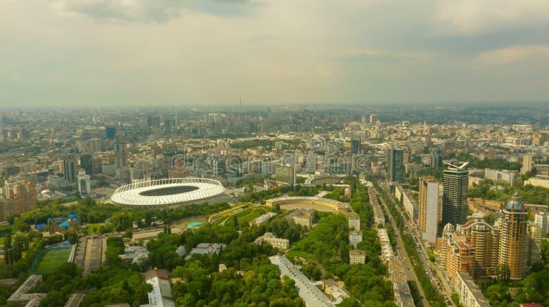 Stade dans une ville verte, un ciel terrible et les rayons du soleil Kyiv image stock