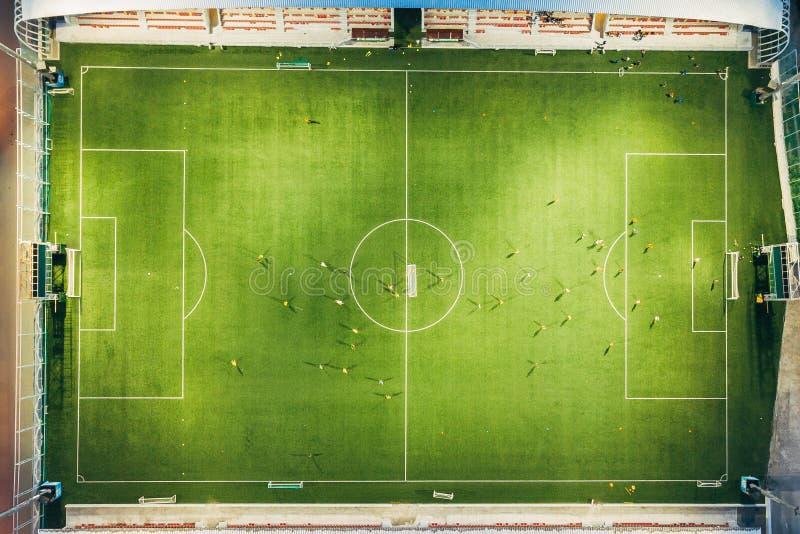 Stade de football dans la soirée, vue supérieure de bourdon images libres de droits