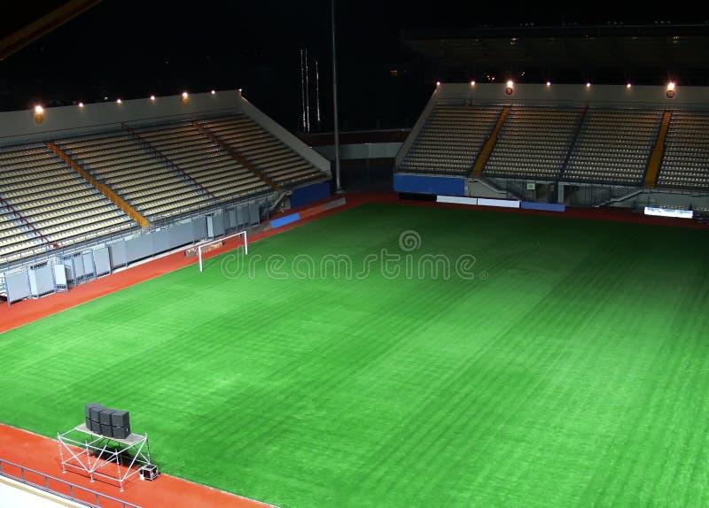 Stade de football vide la nuit photographie stock libre de droits