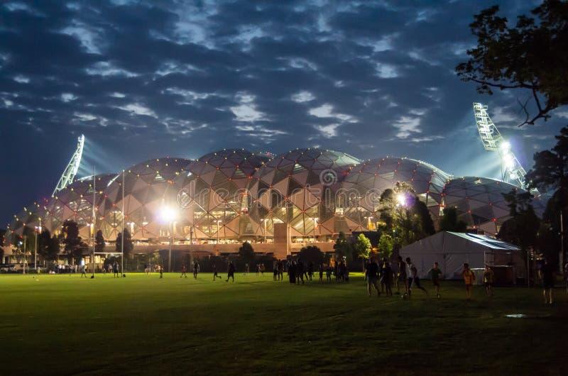 Stade rectangulaire de Melbourne la nuit image stock