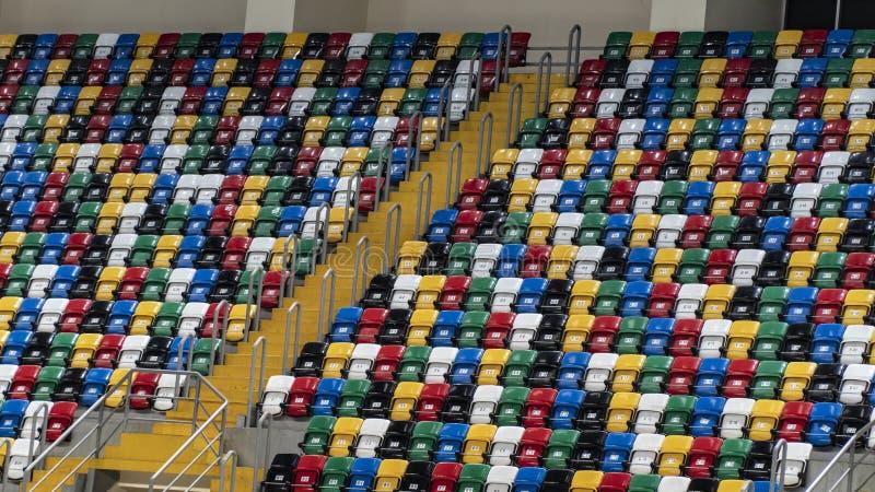 Stade vide avec des sièges de couleur différente photographie stock