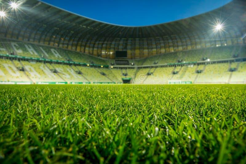 Stade vide, avec le toit ouvert Fermez-vous sur l'herbe photos stock