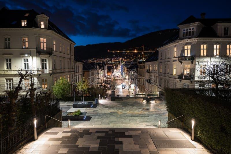Staden av Bergen Norway på natten royaltyfria bilder