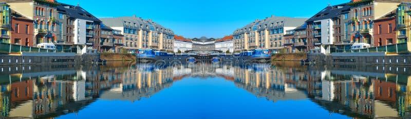 Staden av Ghent och en av hans kanaler, hem-fartyg royaltyfri fotografi